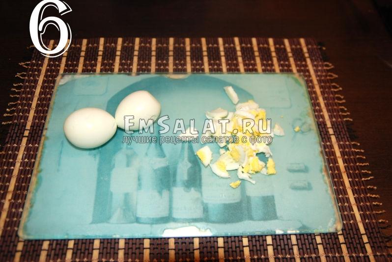 Измельчение яиц для приготовления салата из соленой скумбрии в виде рулета.