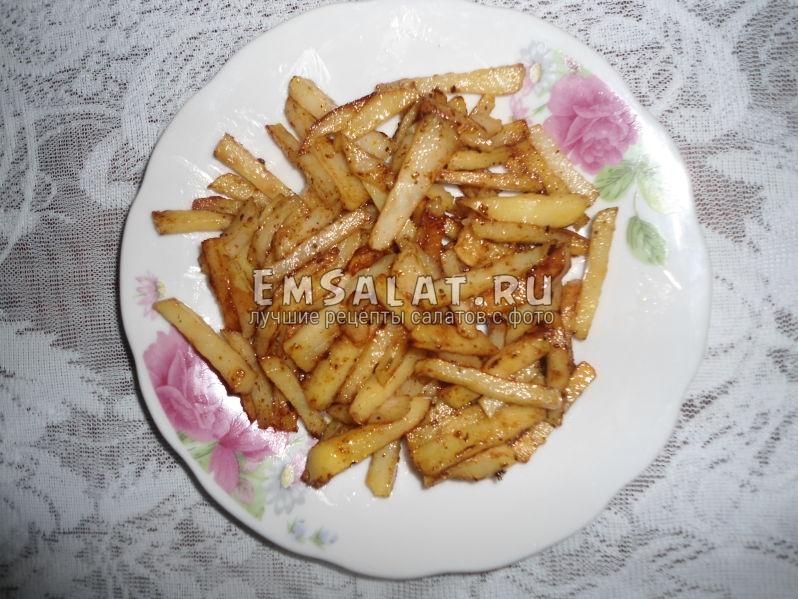 Обжаренный на сковородке картофель (нарезанный соломкой, обжаривать в той же сковороде, что и мясо).
