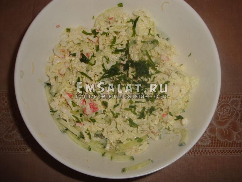 хорошо перемешанный салат можно украсить зеленью