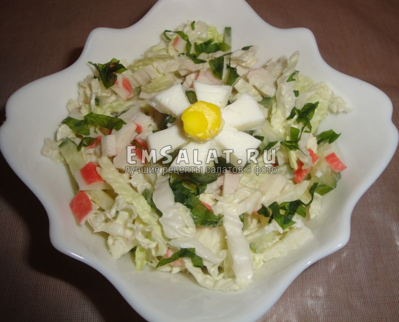 красиво оформленный салат из пекинской капусты подаем к столу