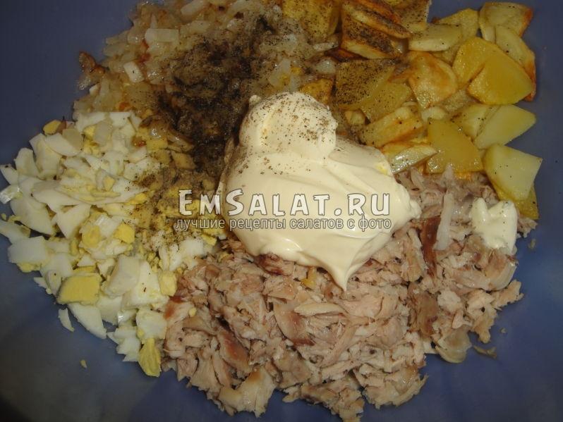 соединенные в салатнике ингредиенты