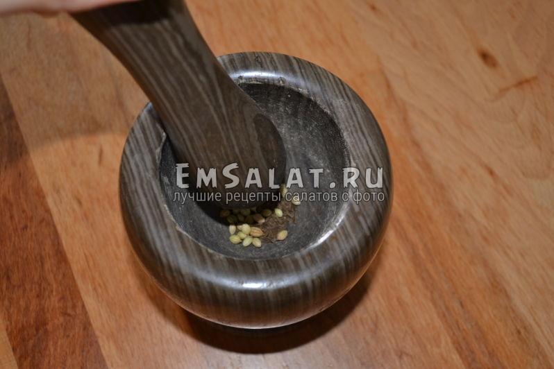 Измельчаем специи для салата