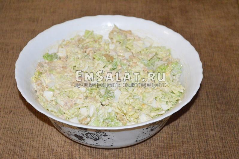 Готовый салат с пекинской капусты с курицей и сухариками