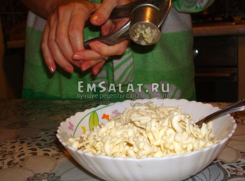 В чеснок выдавливаем салат.