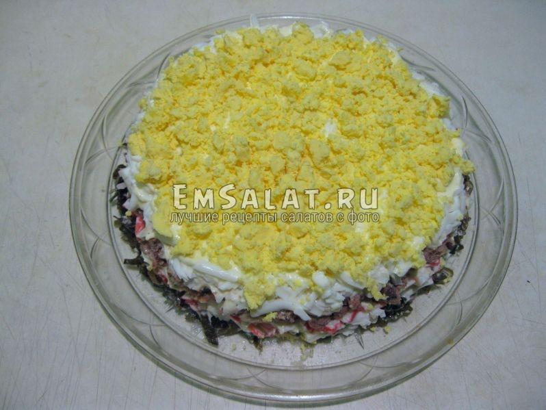 крошим яичный желток на салат