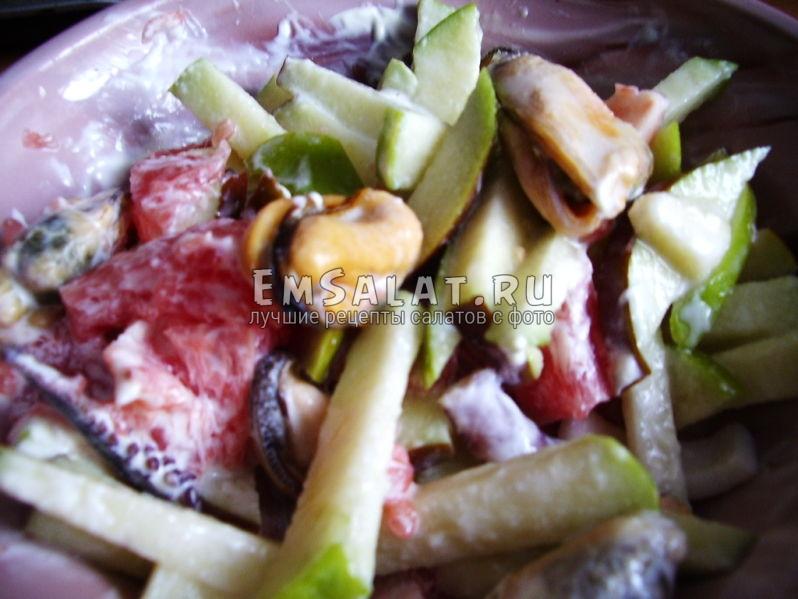 салат с морепродуктами и фруктами