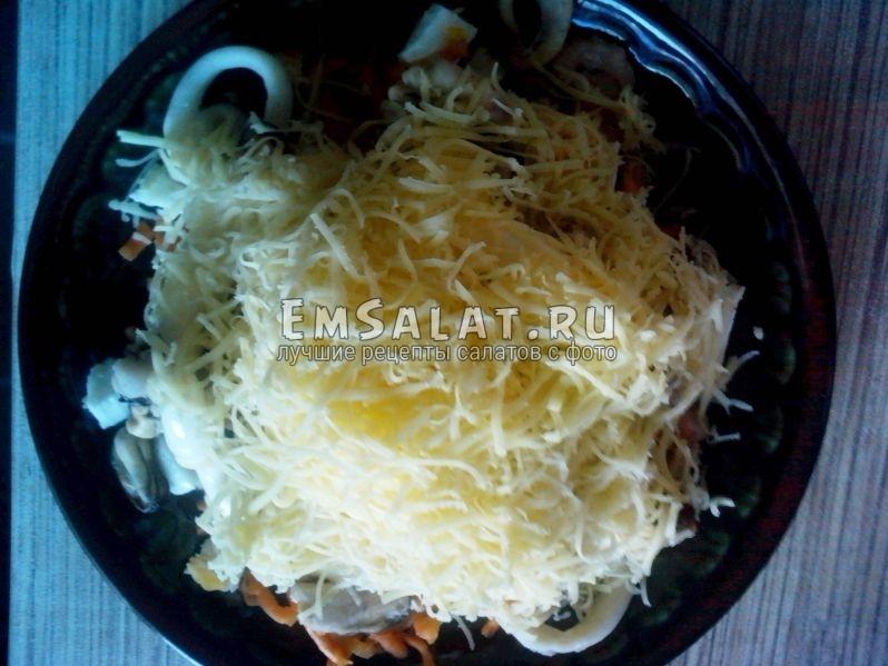 Салат в тарелке посыпан сыром