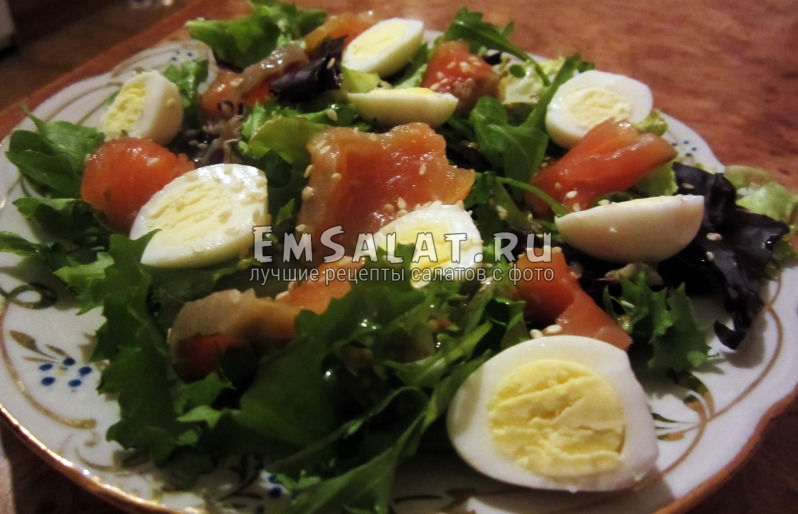 салат из салата-микс, красной рыбы, яиц перепелок