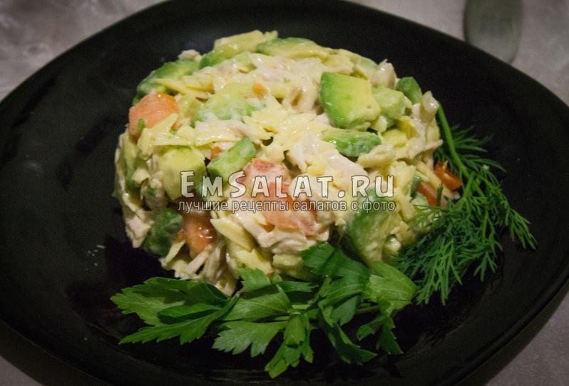готовый салат с курицей и авокадо