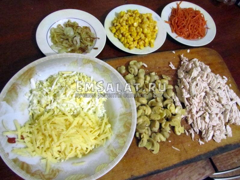 нарезанные ингредиенты к салату из филе индейки