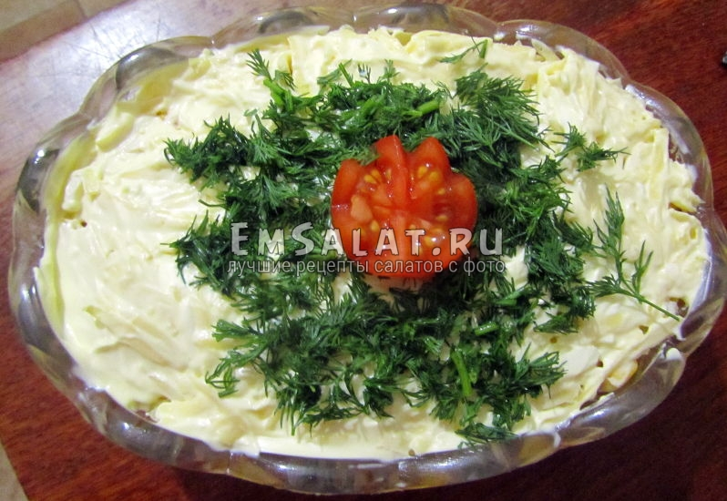 готовый, украшенный салат
