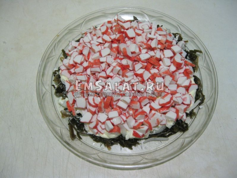 слой крабовых палочек выкладываем на салат