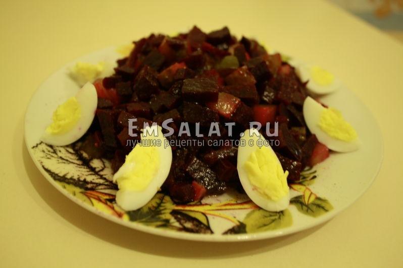 готовый свекольный салат на тарелке