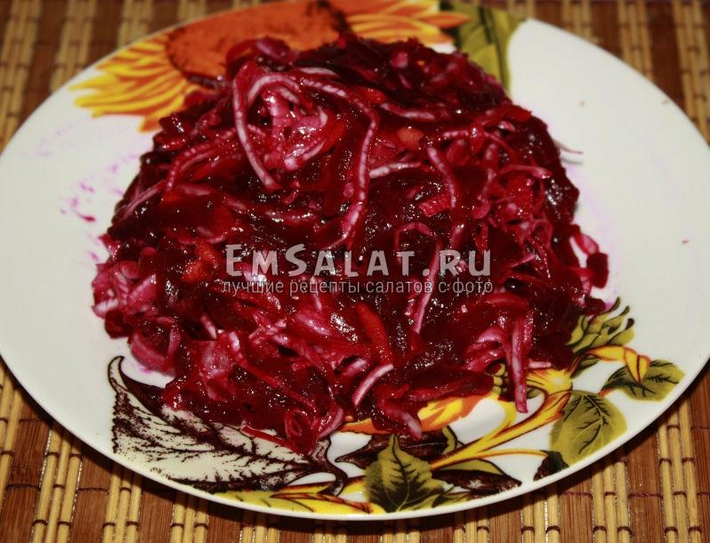 на тарелке салатик из квашеной капусты и свеклы