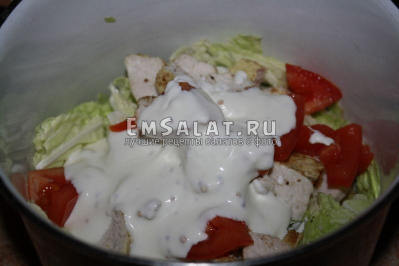 добавляем сметанную заправку в салат