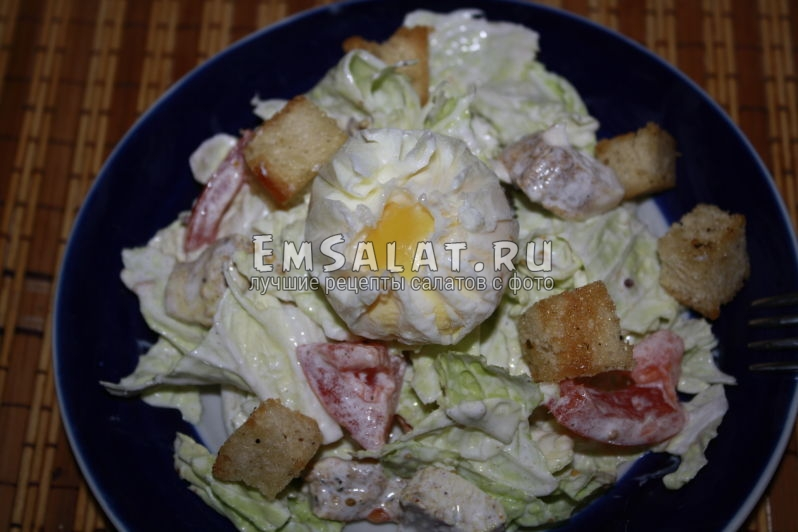 готовый салат цезарь с пекинской капустой и курицей