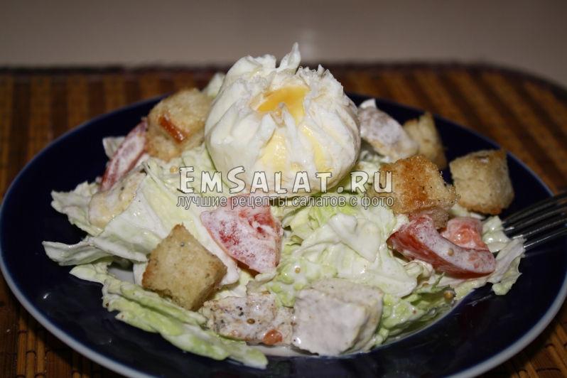 салат с яйцом пашот сверху и пекинской капустой