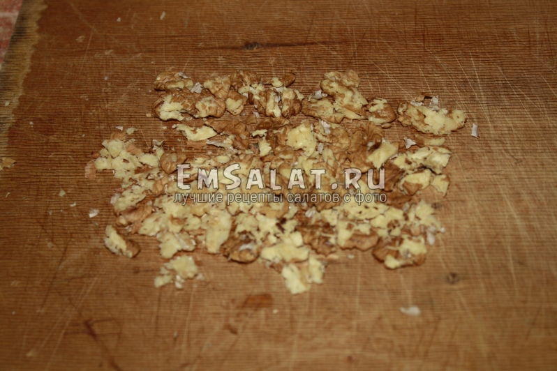 рубим на кусочки грецкие орехи
