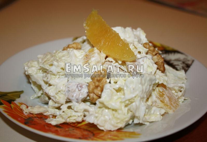 Приготовленный салат из пекиннки и апельсинки