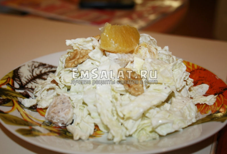 готовый салат из пекинской капусты и апельсина