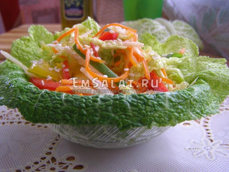выложим салат из савойской капусты в лист капусты