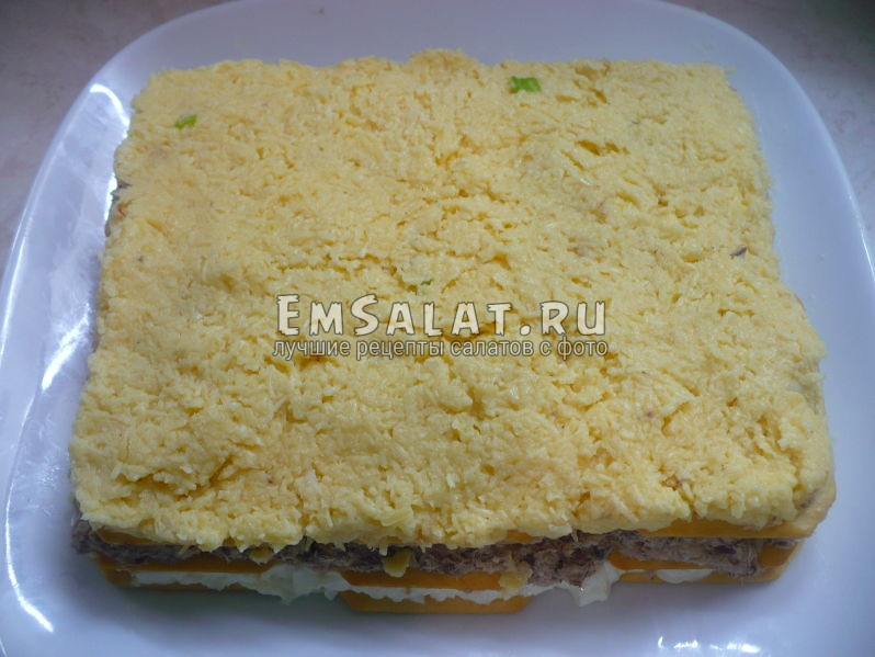 Выложить тертый сыр с чесноком и майонезом.