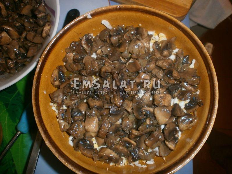 Выкладываем слой жаренных грибов