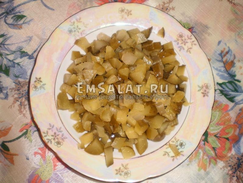 Нарезанные соленые огурцы для салата Винегрет