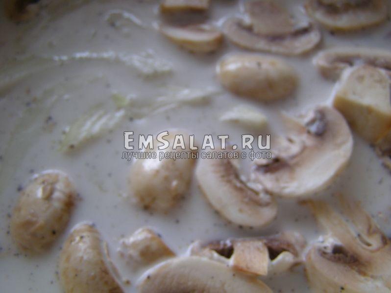грибы и лук томятся в сковороде