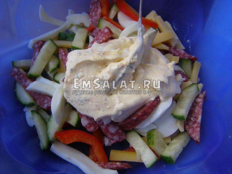ингредиентя ы салатнике в заправке