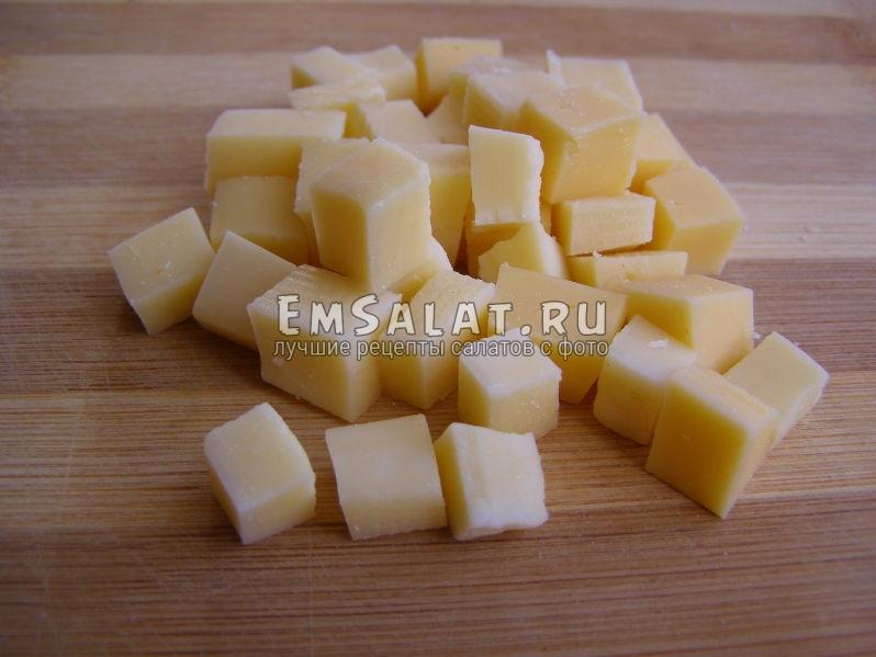 твердый сыр нарезан