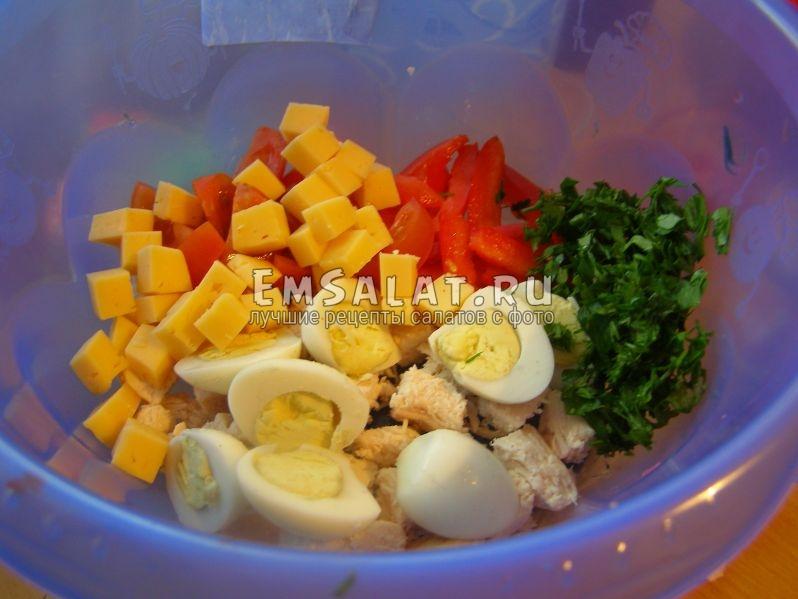 в миске все ингредиенты для салата с перепелиными яйцами и помидорами черри