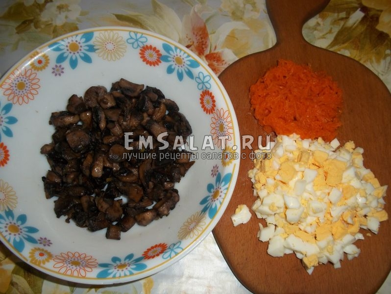 Морковь, грибы, яйца для салата Интерес