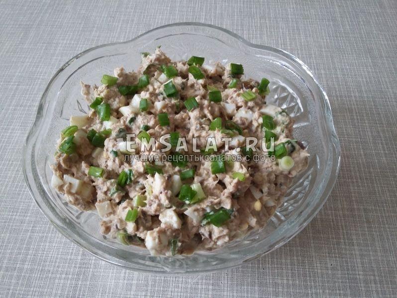 Выложить готовый салат в вазу и присыпать луком
