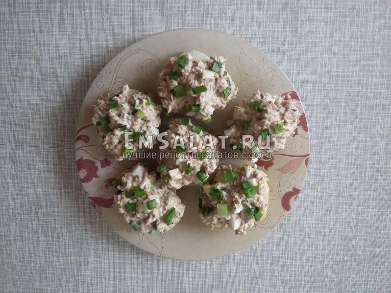 Варенный картофель в мундире почистить, нарезать кольцами, выложить