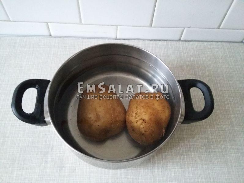 Отварим неочищенный картофель