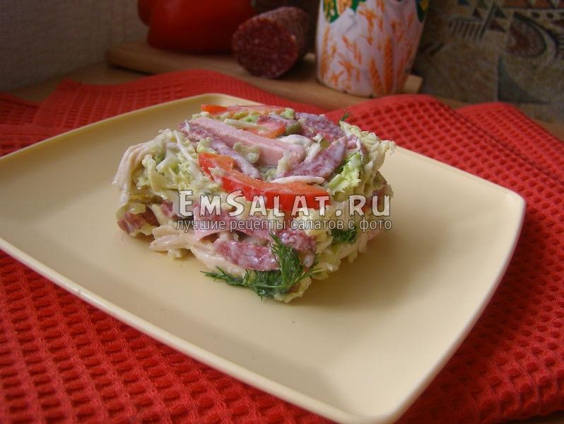 салат из копченой колбасы в салатнике