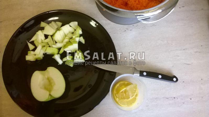 Нарезанное яблоко и лимон