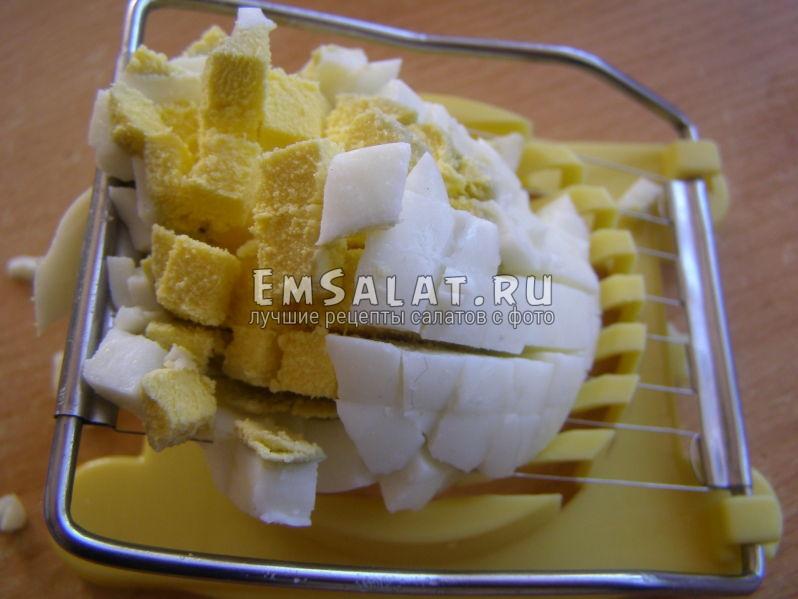 яйца в яйцерезке