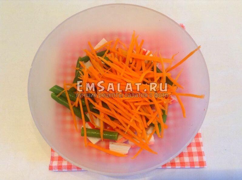 Стручки гороха, бруски крабовых палочек и полоски морковки