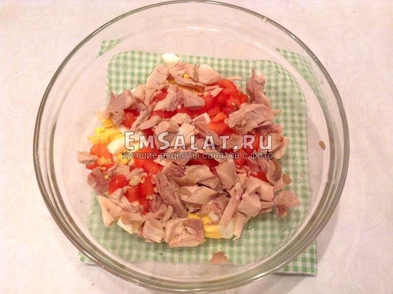 Порезанные помидоры, вареное филе и готовая курица