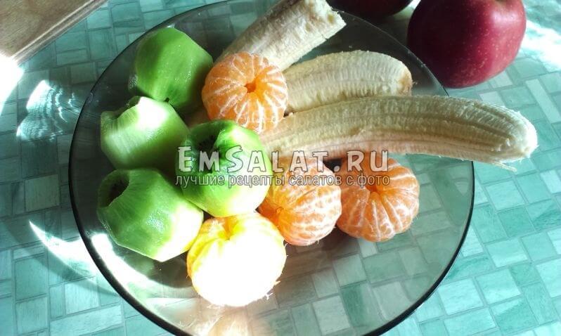 очищенные фрукты на тарелке