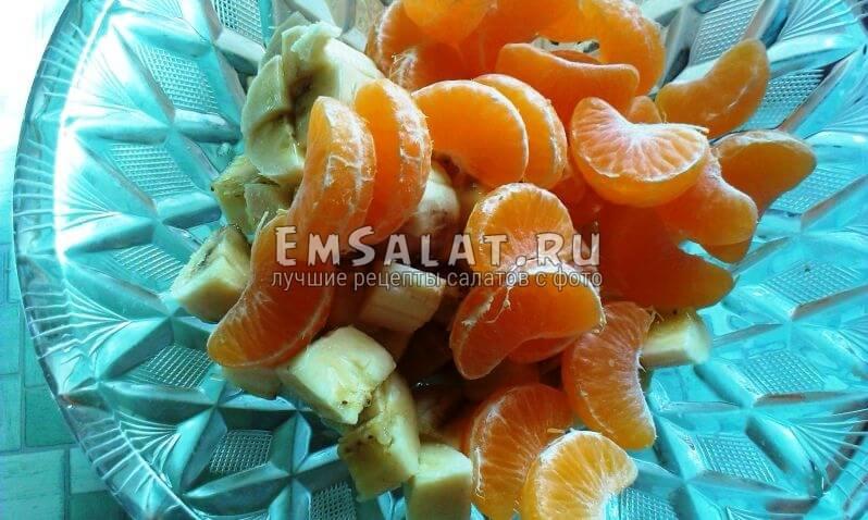 дольки мандаринов высыпаем в блюдо