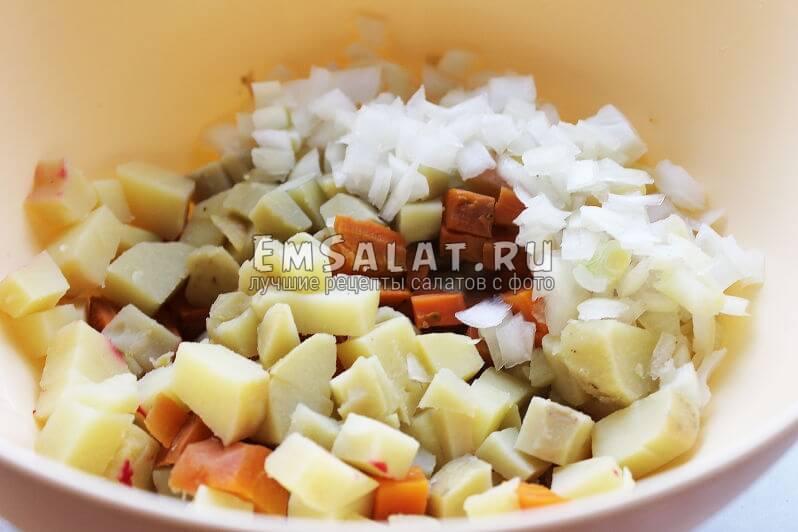 Нарезанные овощи для винегрета со стручковой фасолью