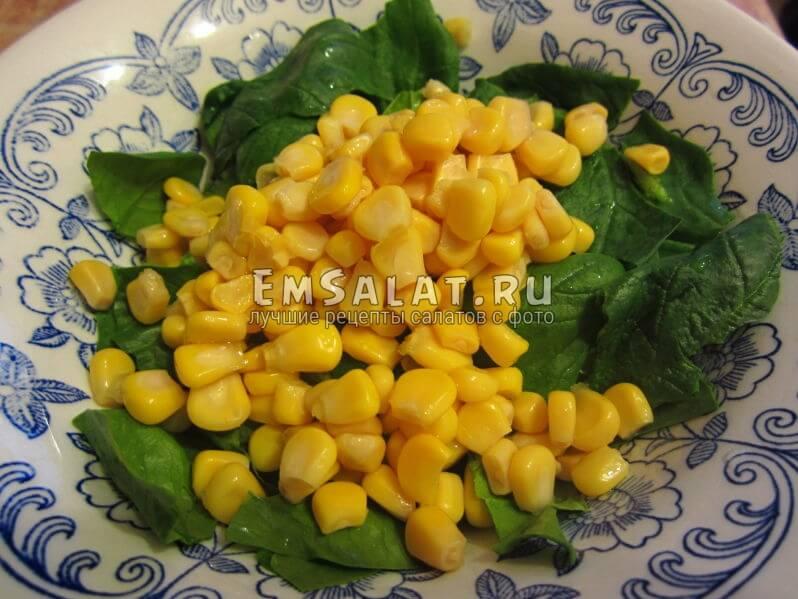 листья шпината с кукурузой в миске