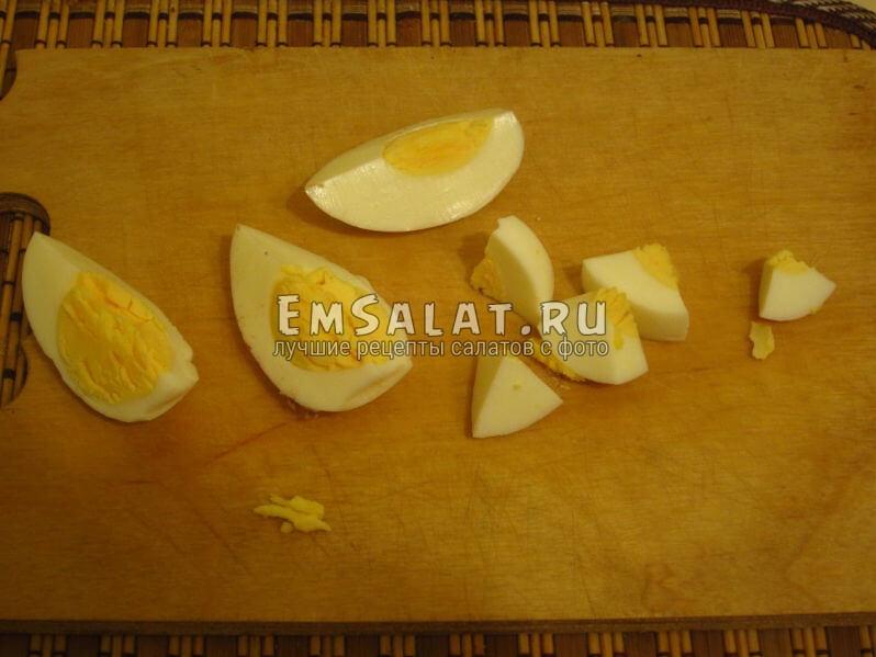 нарезаем яйца на четвертинки, а затем кусочками