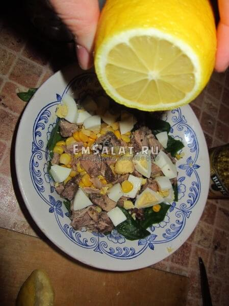 поливаем лимонным соком в миске салат