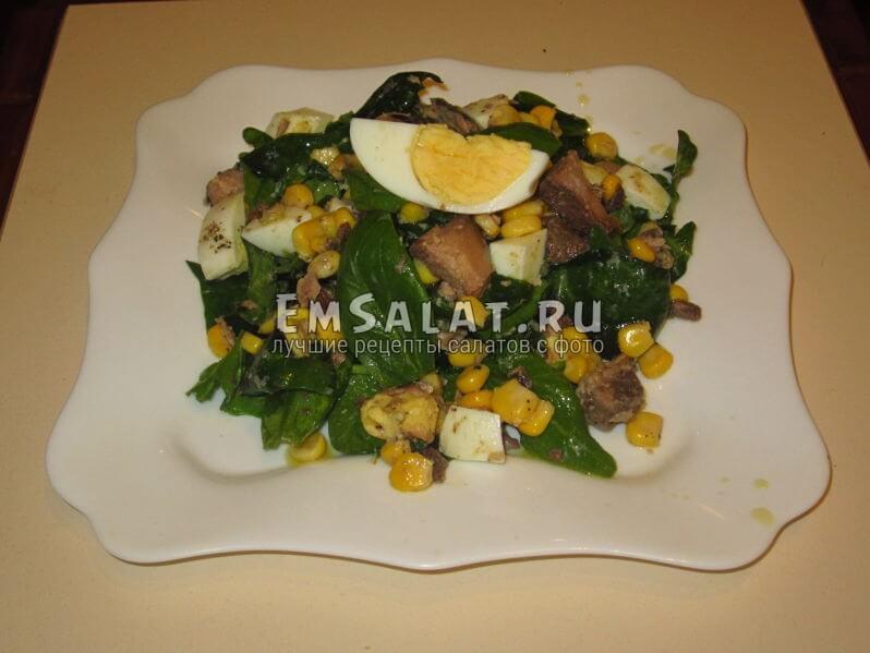 Салат со шпинатом и тунцом на тарелке