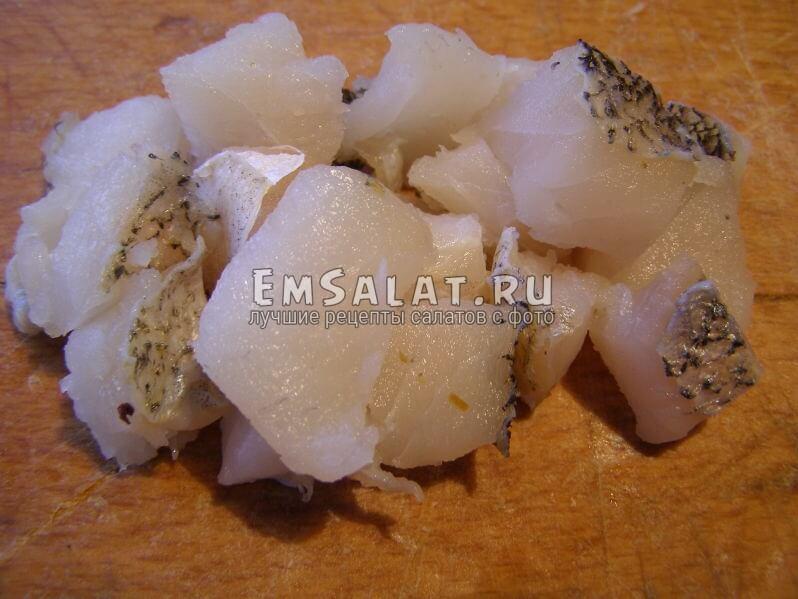 рыба сырая нарезана