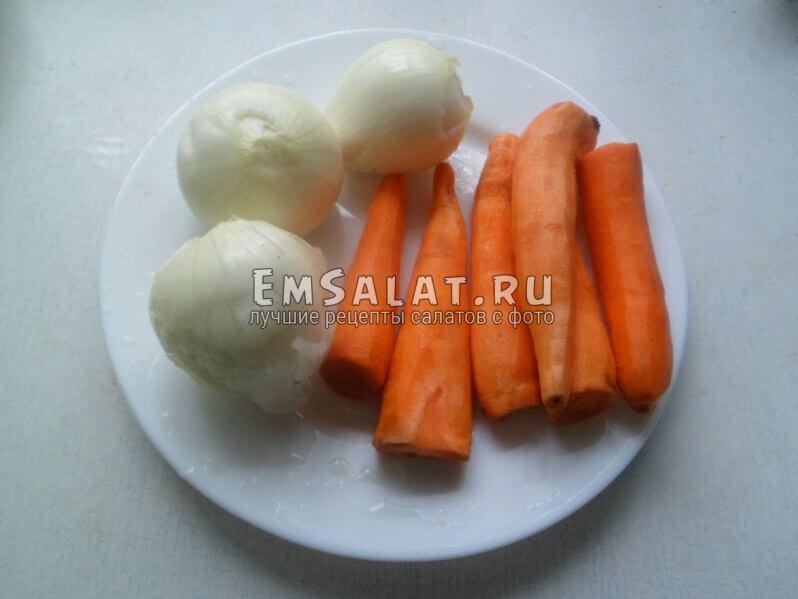 Очищенный лук и морковь